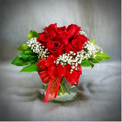 WANT A LITTLE SOMETHING TO SAY WE LOVE YOU MOM? THIS IS THE PERFECT GIFT. CLASSIC AND PETITE, IT WILL BE BEAUTIFUL ON AN END TABLE, SMALL DINETTE OR NIGHT STAND. SAY I LOVE YOU WITH THIS LOVELY LITTLE ROSE BOUQUET.